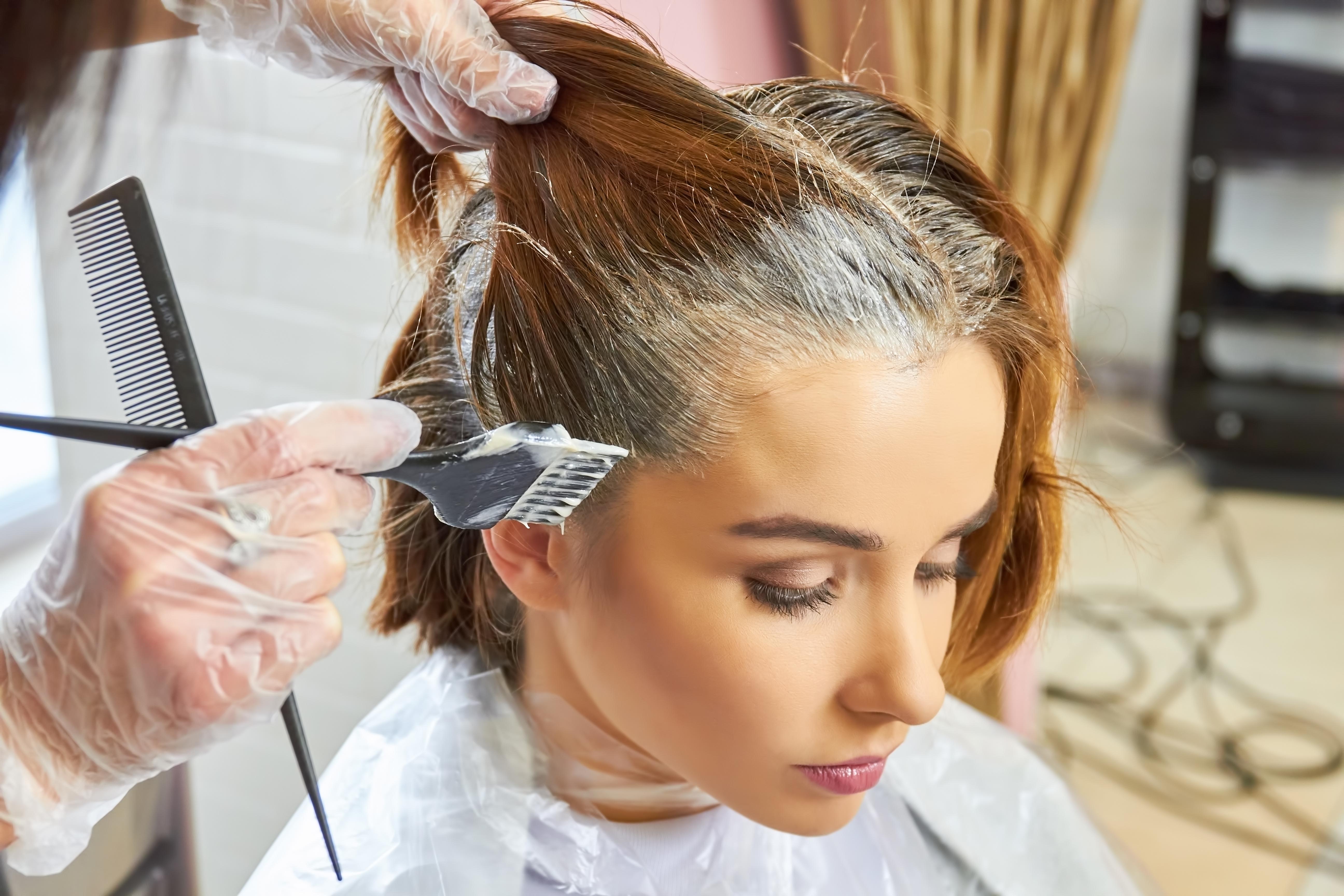 Dlaczego powinnaś farbować włosy u fryzjera, a nie w domu?